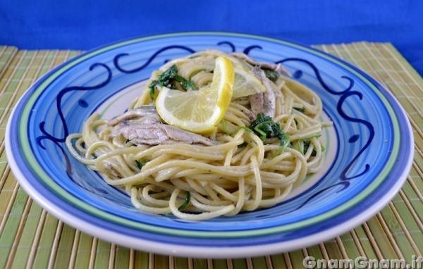 Spaghetti con alici rucola e limone