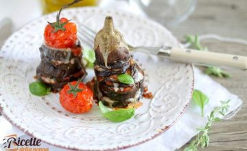 Mini parmigiana estiva di melanzane e pomodori con ricotta salata