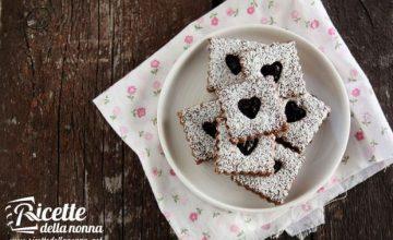 Biscotti al cacao e nocciole con marmellata di ciliegie