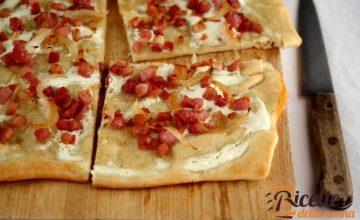 Pizza rustica con pancetta e cipolle