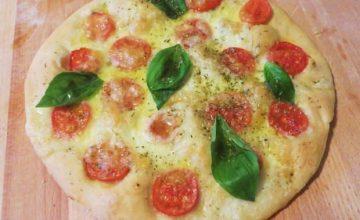 Pizza bianca al farro con pomodorini e basilico
