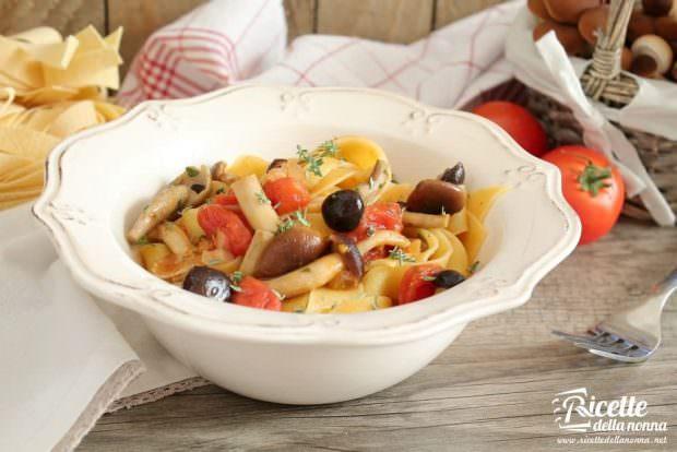 Pappardelle con piopparelli, pancetta e pomodorini