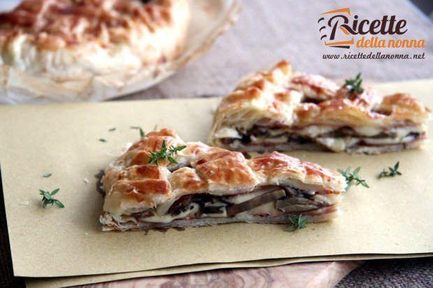 Torta rustica di pasta sfoglia con funghi, mozzarella e speck
