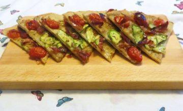 Schiacciata con zucchina, speck e datterini