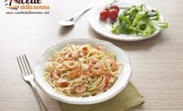 Spaghetti ai gamberi, lime e granella di mandorle