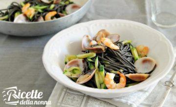Tagliatelle al nero di seppia con vongole, zucchine e gamberi
