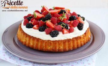Torta allo yogurt con crema al lemon curd e frutti di bosco
