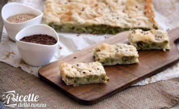 Torta salata di pasta fillo con porri, olive e piselli