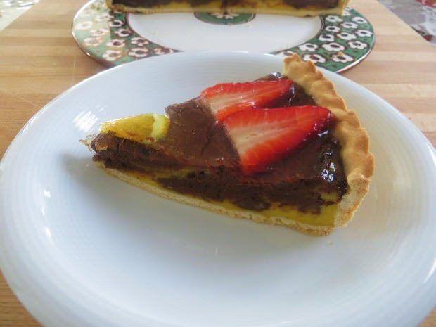 Torta di crema, cioccolato e fragole