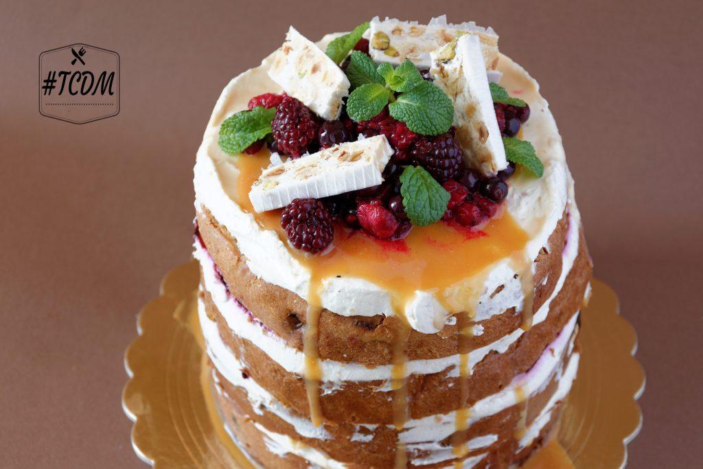 Naked cake al panettone con torrone e frutti rossi