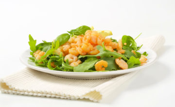 Gamberetti crudi su insalatina primaverile