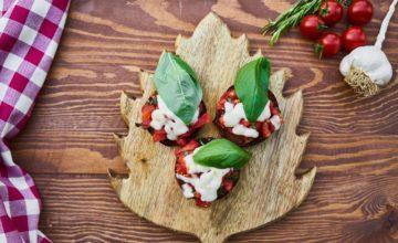 Deliziosi funghi ripieni con pomodoro e mozzarella: un contorno facilissimo!