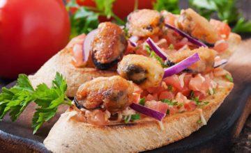 Sfiziosi crostoni con cozze e pomodorini: un antipasto per una favolosa cena di pesce!