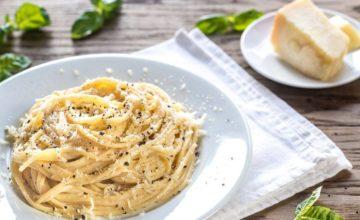 Cerchi un primo piatto facile e veloce? Prova gli spaghetti Parmigiano e pepe!
