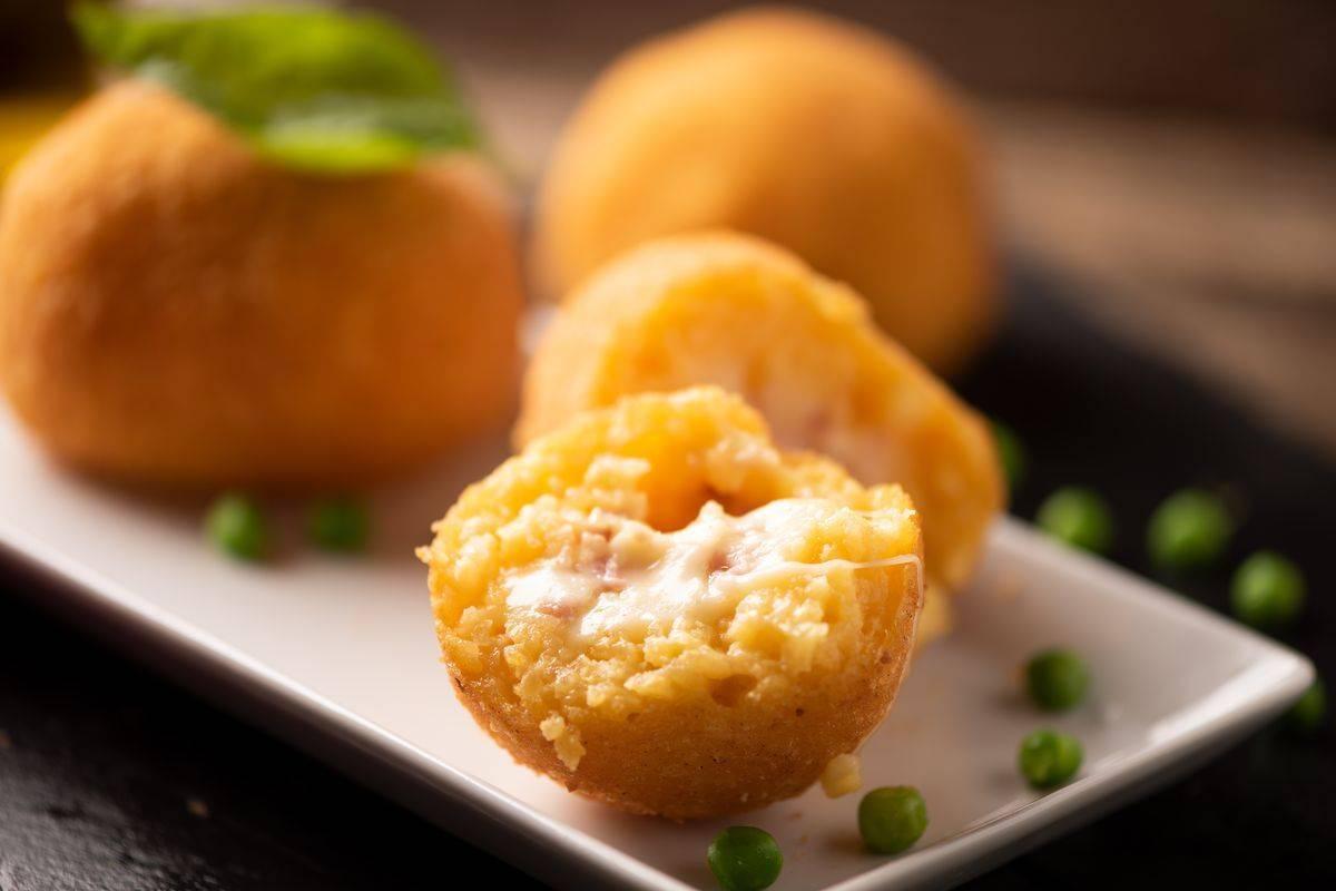 Scopriamo come preparare gli arancini di riso al forno: deliziosi!