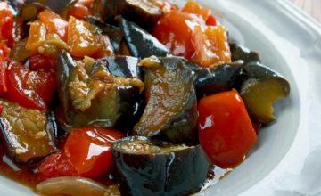 Tutti i segreti per preparare la vera caponata siciliana di melanzane!