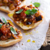 Caponata di verdure finger food su crostoni senza glutine