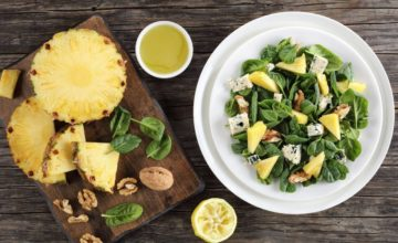 Fresca, veloce e buonissima: ricetta dell'insalata con ananas