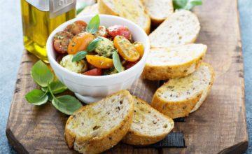 Fresca, veloce e buonissima: è l'insalata con pesto e pomodorini