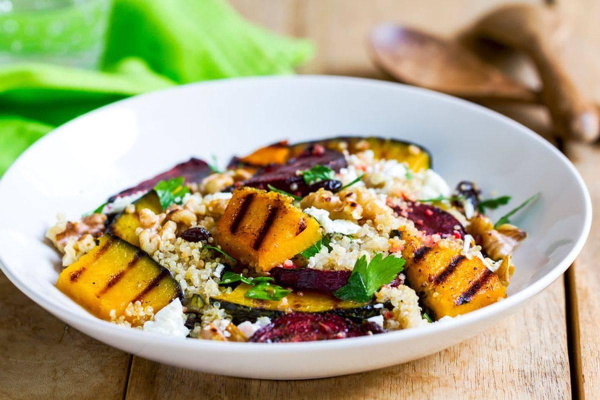 Prepariamo l'insalata di quinoa con verdure: coloratissima e sfiziosa