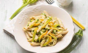 Pasta integrale con zucchine e fiori di zucca: che meraviglia