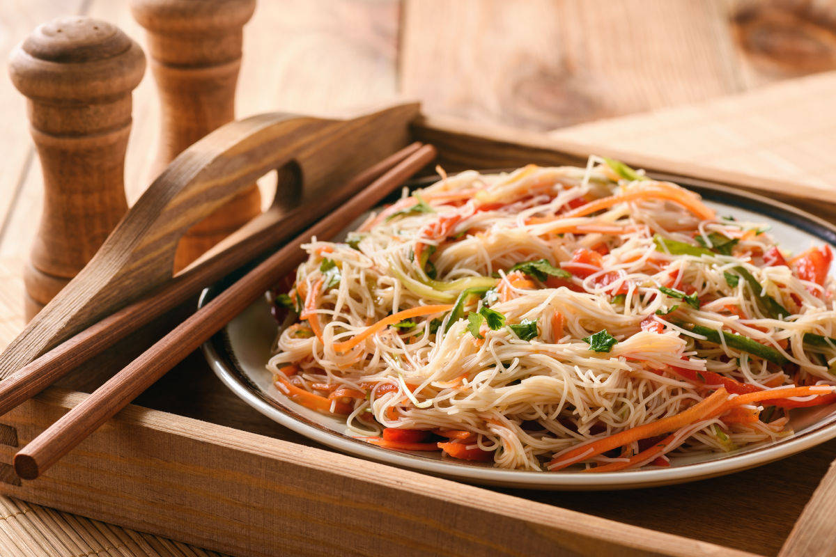 Spaghetti di riso con verdure alla julienne croccanti