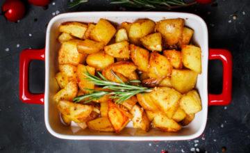 Come si fanno le patate al forno perfette (morbide dentro e croccanti fuori)