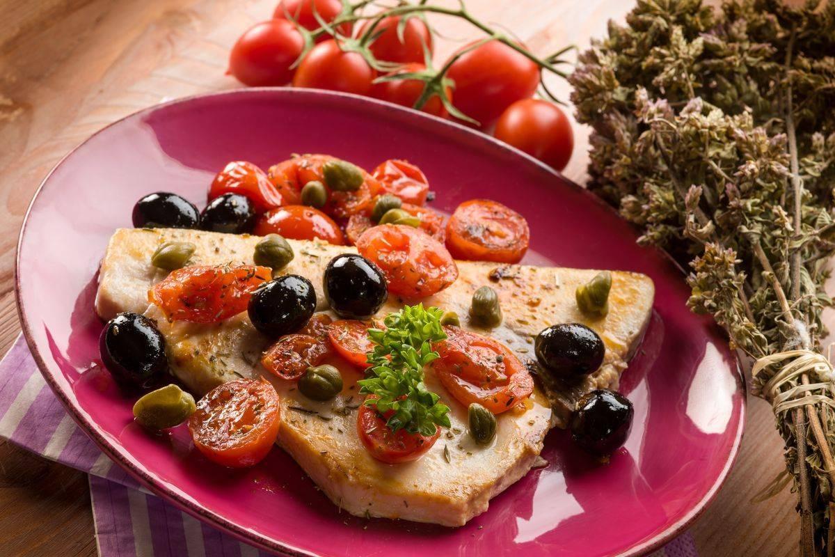Pesce spada alla siciliana con olive e capperi: un tripudio di sapori!