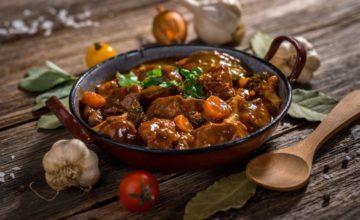 Come fare un delizioso spezzatino di vitello fatto in casa: la ricetta perfetta!