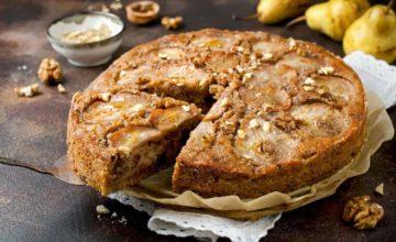 Quanto è bello fare i dolci in casa? Ecco la torta morbida di pere e noci