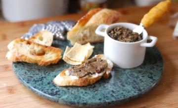 Crostini con patè di olive nere