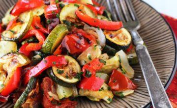 Insalata di zucchini, peperoni e pomodori arrostiti