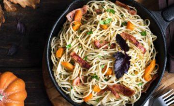 Spaghetti alla zucca, funghi porcini e salsiccia