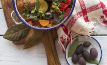 Agnello stufato con olive e verdure