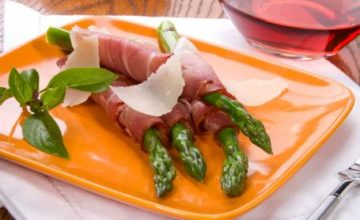 Asparagi con crudo e Parmigiano