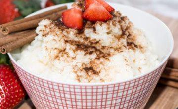 Budino di riso con fragole e cannella