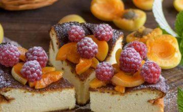 Cheesecake alle albicocche caramellate e lamponi