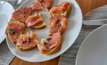 Crostini di salmone con germogli di cappero