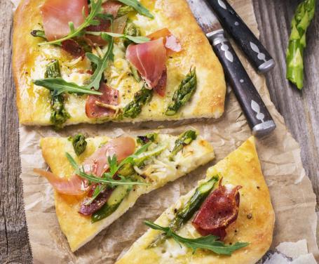 Focaccia con asparagi e prosciutto
