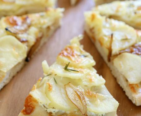 Focaccia con patate e formaggio con la macchina del pane