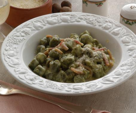 Gnocchetti verdi con prosciutto crudo e cotto