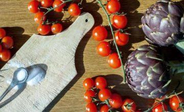 Insalata di pomodori e carciofi marinati