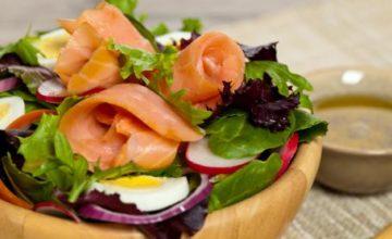 Insalata primaverile con salmone e uova