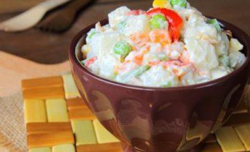 Insalata russa con salsa allo yogurt
