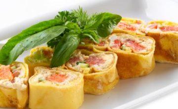 Involtini di crespella con salmone e formaggio fresco