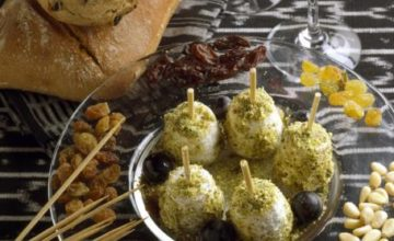 Palline di uva e formaggio ricoperte di pistacchi