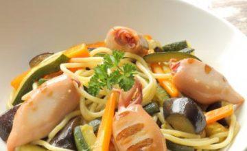 Spaghetti con verdure e calamaretti