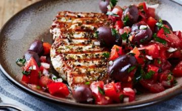 Tacchino alla griglia con insalata di olive e pomodori