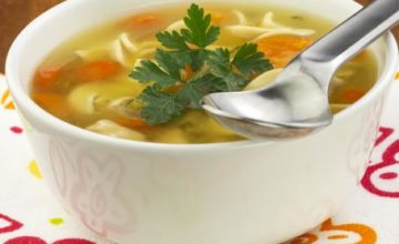 Zuppa di noodles con pollo