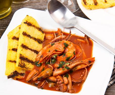 Zuppa di pesce con polenta grigliata